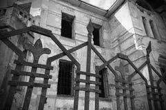 Alte verlassene Villa lizenzfreie stockbilder