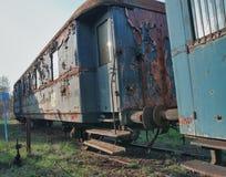 Alte verlassene Züge am Depot am sonnigen Tag stockbild