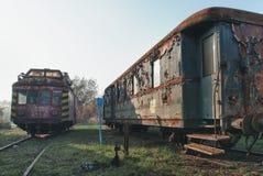 Alte verlassene Züge am Depot am sonnigen Tag stockfotos