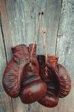 Alte Verpackenhandschuhe Stockfotos