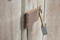 Alte Verriegelung auf hölzerner Tür Stockfotografie