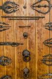 Alte verrostende Holztür mit Metallbeschlägen, Griffen und Verzierungen am historischen Gebäude in der alten Stadt Fez, Marokko Lizenzfreie Stockbilder