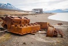 Alte verrostete minig Ausrüstung auf Ufer, Svalbard Stockbilder