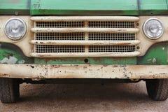 Alte verrostete Packwagenfront Retro- Weinlesefahrzeug stockfoto