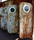 Alte verrostete Türen mit Öffnungen Stockbilder