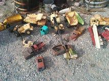 Alte, verrostete Weinlesespielzeugfahrzeuge aus den Grund lizenzfreies stockbild