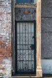 Alte verschlossene Tür mit aufwändigen Eisenstangen Lizenzfreie Stockbilder