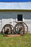 Alte verwanzte Achse und hölzerne Räder Stockfoto