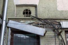 Alte verwirrte Drähte - elektrisch, Telefon, Antenne, Computer, Netz auf der Wand eines verfallenen Hauses mit unterschiedlichen  stockbilder