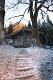 Alte verwitterte alpine Hütte und Treppenhaus Lizenzfreie Stockfotografie