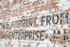 Alte verwitterte Backsteinmauer mit Anzeige Stockbilder