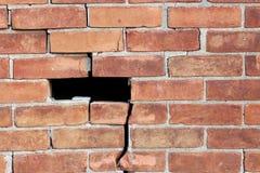Alte, verwitterte Backsteinmauer mit starken Sprüngen gänzlich und Stückverfehlung Stockfotos