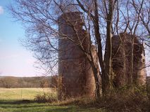 Alte verwitterte Bauernhof-Silos Stockbilder