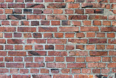 Alte verwitterte befleckte rote Backsteinmauer Lizenzfreies Stockfoto