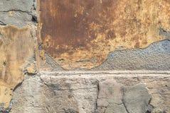 Alte verwitterte Betonmauer mit Schäden und Sprünge masern Hintergrund Stockbild