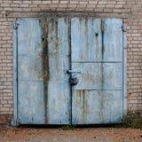 Alte verwitterte blaue Garagentoren Stockfoto