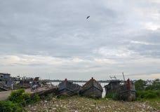 Alte verwitterte Boote im Boatyard von Rangun Stockfotografie