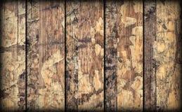 Alte verwitterte gebrochene flockige hölzerne lamellierte Block-Brett Platte Vignetted-Schmutz-Beschaffenheit Stockbilder