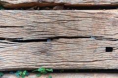 Alte verwitterte gebrochene hölzerne Eisenbahnschwelle Beschaffenheit Stockfotos