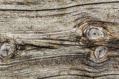 Alte verwitterte gebrochene raue strukturierte geknotete Planke Stockfotografie