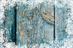 Alte verwitterte hölzerne Planke gemalt in der blauen Farbe, hölzerne Beschaffenheitswand mit Schneeeffekt-Weihnachtshintergrund stockfotografie