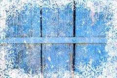 Alte verwitterte hölzerne Planke gemalt in der blauen Farbe, hölzerne Beschaffenheitswand mit Schneeeffekt-Weihnachtshintergrund lizenzfreies stockfoto