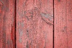 Alte verwitterte hölzerne Planke gemalt in Lebenkoralle, rosa Farbe mit Metallstreifen, hölzerner Beschaffenheitswandhintergrund lizenzfreie stockbilder