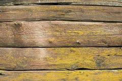 Alte verwitterte hölzerne Planken bedeckt mit gelbem Moos Lizenzfreies Stockfoto
