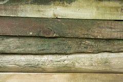 Alte verwitterte hölzerne Planken bedeckt mit grünem Moos Lizenzfreies Stockfoto