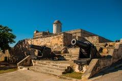 Alte verwitterte Kanonen und Schussausstellung nahe den Wänden von Jagua-Festung Fortaleza de Jagua Cienfuegos, Kuba stockfotografie