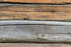 Alte verwitterte natürliches Blockhaus gealterte Wand-Fassaden-Fragment-Beschaffenheit Lizenzfreie Stockfotos