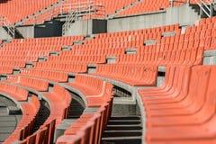 Alte verwitterte Plastiksitze in einem alten Stadion, unter Verwendung flachen Dep Stockfoto