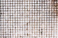 Alte verwitterte quadratische Fliesen mit schmutzigen Stellen auf Gebäudewand Abstrakter strukturierter Hintergrund mit Kopienrau stockfoto