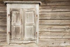 Alte verwitterte traditionelle hölzerne Fensterfensterläden Lizenzfreies Stockbild