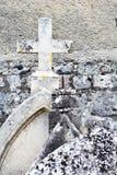 Alte, verwitterte und verlassene christliche Hauptsteine Stockfoto
