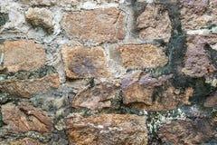 Alte verwitterte Wand konstruiert aus natürlichem Kopfstein Buntes horizontales Bild passend für Innenarchitektur, Hintergrund, w lizenzfreies stockbild