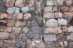 Alte verwitterte Wand konstruiert aus natürlichem Kopfstein Buntes horizontales Bild passend für Innenarchitektur, Hintergrund, W lizenzfreie stockfotografie