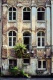 Alte verwitterte Wand mit Weinlesefenstern, Belgien Lizenzfreies Stockbild