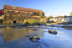 Alte verwitterte Wassermühle, Moskau, Vt, USA Lizenzfreie Stockbilder