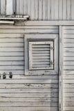 Alte verwitterte weiße hölzerne Sommer-Freizeit-Floss-Hütte auf Sava River Stockbild