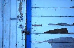 Alte verwitterte weiße und blaue Tür Stockbild