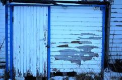 Alte verwitterte weiße und blaue Tür Stockfotografie