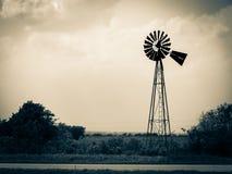Alte verwitterte Windmühle Stockfotografie