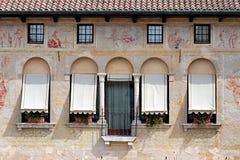 Alte verzierte Fassade mit Freskos in Italien Stockfoto