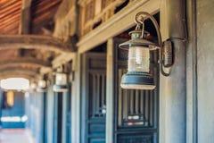 Alte vietnamesische Lampe und antike Türen Stockfotografie