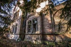 alte Villa im Wald Stockbild
