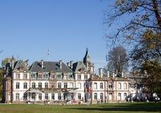 alte Villa mit Rasen- und Gartenurnen, Straßburg lizenzfreies stockfoto