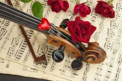 Alte Violine auf Holztisch Detail der alten Violine Einladung zum Violinen-Konzert Ich liebe klassische Musik Verkauf des antiken Stockbilder