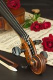 Alte Violine auf Holztisch Detail der alten Violine Einladung zum Violinen-Konzert Ich liebe klassische Musik Verkauf des antiken Stockfotografie