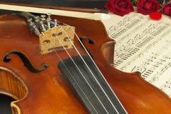 Alte Violine auf Holztisch Detail der alten Violine Einladung zum Violinen-Konzert Ich liebe klassische Musik Verkauf des antiken Stockbild
